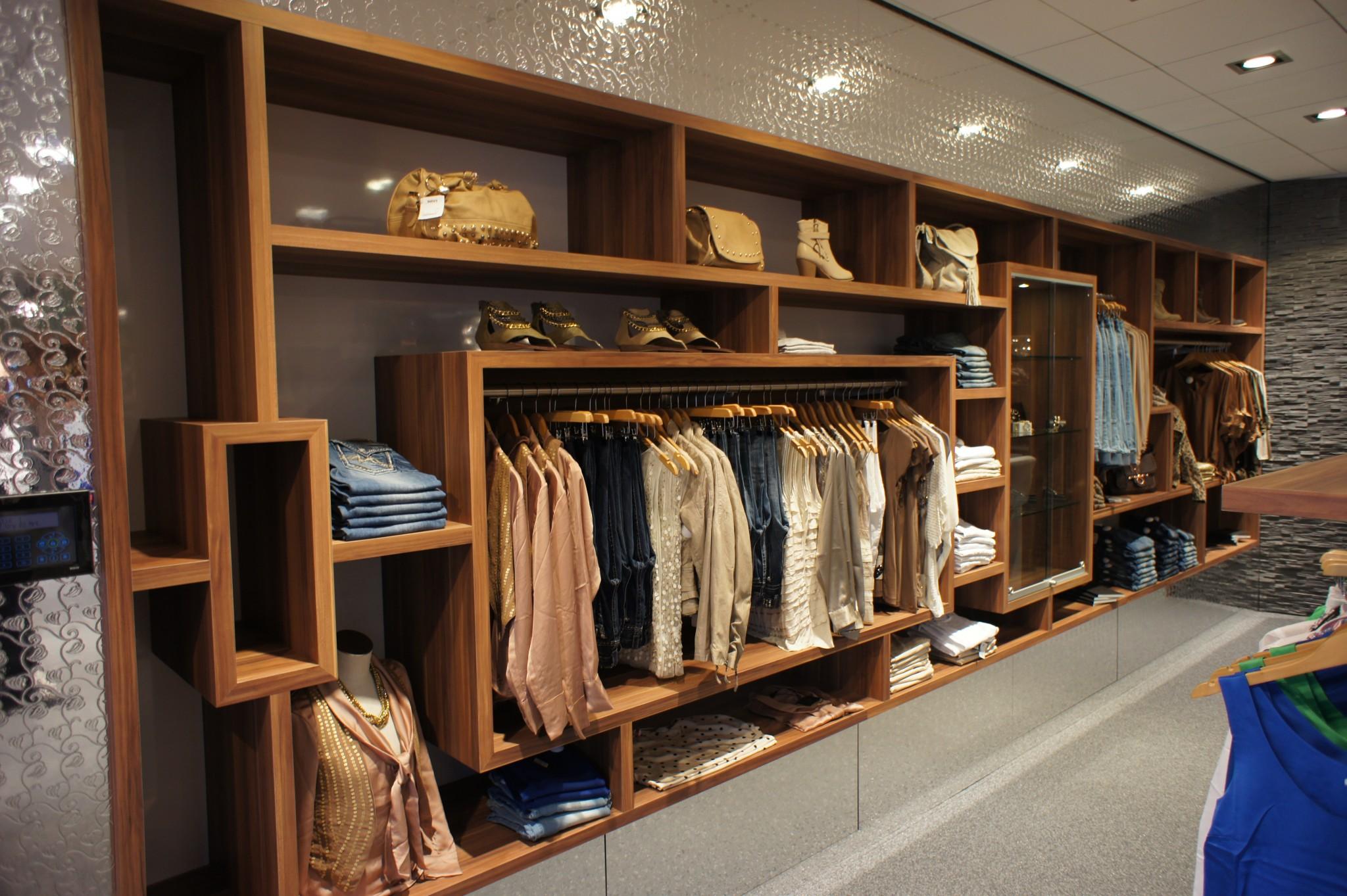 Kledingwinkel valkenburg abels interieur for Interieur winkels